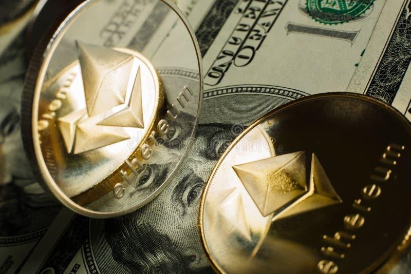 Moneda de Ethereum con el otro cryptocurrency en notas del dólar fotos de archivo