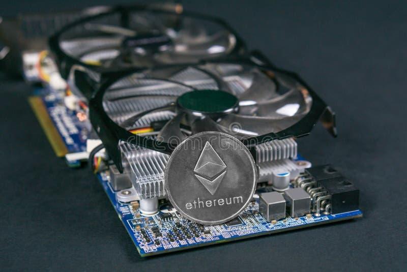 Moneda de Ethereum en GPU, explotación minera de Cryptocurrency usando tarjetas gráficas imágenes de archivo libres de regalías