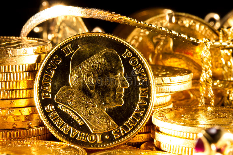 Moneda de Juan Pablo II con las joyas y las monedas de oro fotos de archivo