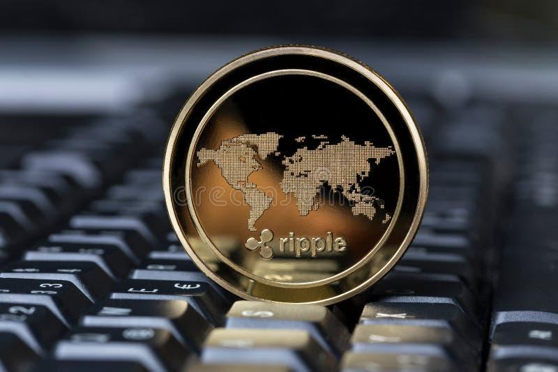 Moneda de la ondulación en un teclado fotos de archivo libres de regalías