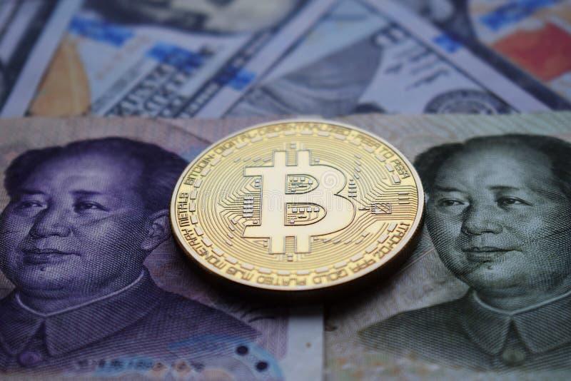 Moneda de oro de Bitcoin en el chino Yuan y el dólar americano imágenes de archivo libres de regalías