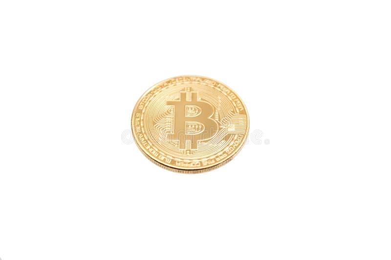 Moneda de oro de Bitcoin en el fondo blanco imagenes de archivo