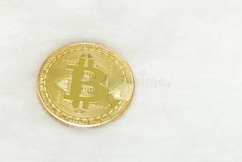 Moneda de oro de Bitcoin en un fondo blanco Primer fotos de archivo libres de regalías