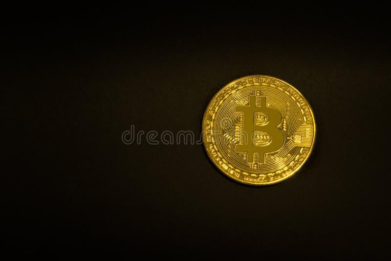 Moneda de oro Bitcoin en un fondo negro aislante Espacio para el texto imagenes de archivo