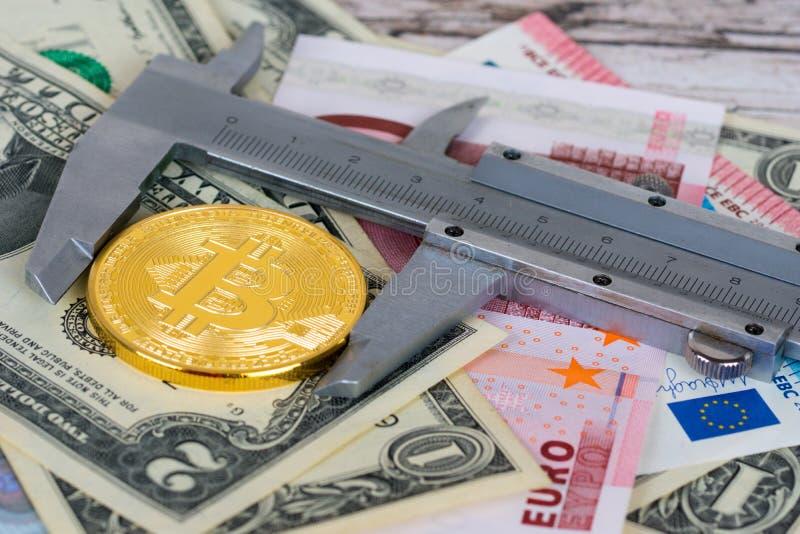 Moneda de oro de Bitcoin medida con el calibrador imagen de archivo libre de regalías