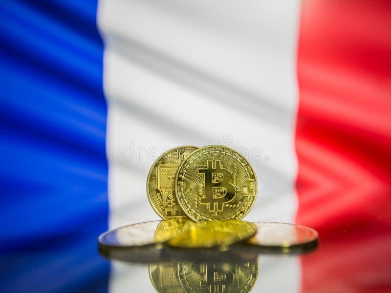 Moneda de oro de Bitcoin y bandera defocused del fondo de Francia Concepto virtual del cryptocurrency foto de archivo libre de regalías