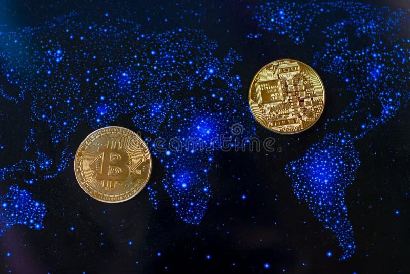 Moneda de oro de Bitcoin y fondo defocused de la carta fotografía de archivo