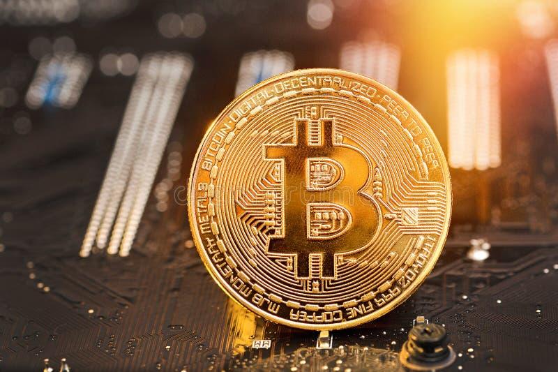 Moneda de oro de Bitcoin y fondo defocused de la carta Concepto virtual del cryptocurrency foto de archivo