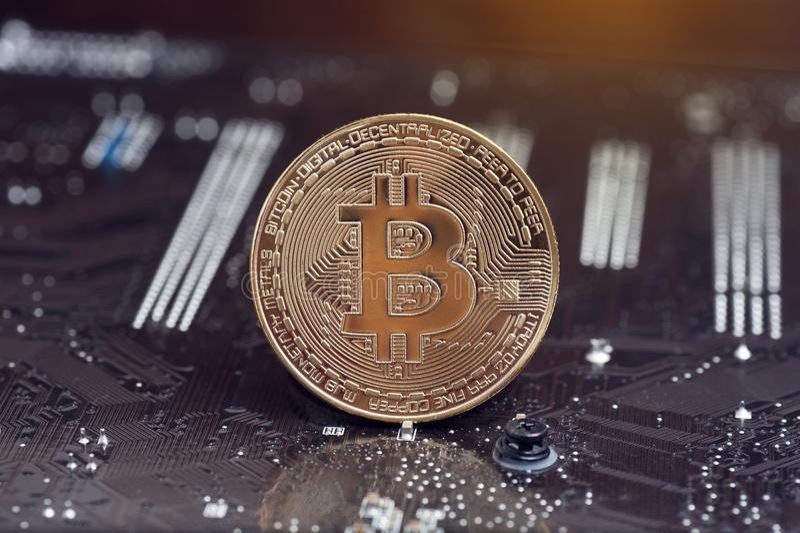 Moneda de oro de Bitcoin y fondo defocused de la carta Concepto virtual del cryptocurrency fotos de archivo libres de regalías