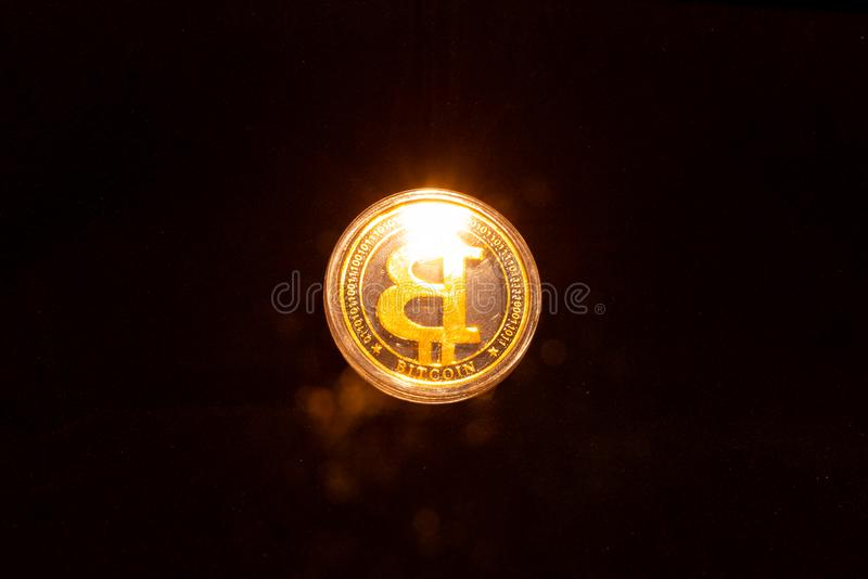 Moneda de oro de Bitcoin y fondo defocused de la carta Concepto virtual del cryptocurrency Di fotografía de archivo libre de regalías