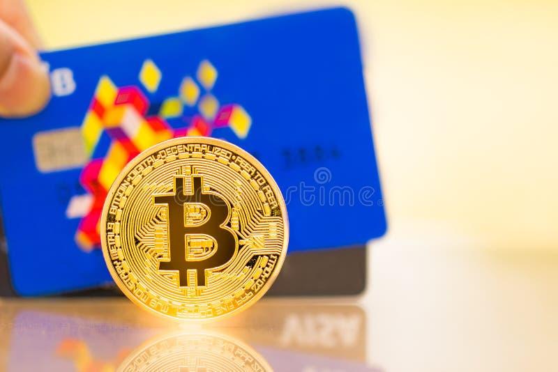Moneda de oro de Bitcoin y tarjetas de crédito de la VISA fotografía de archivo
