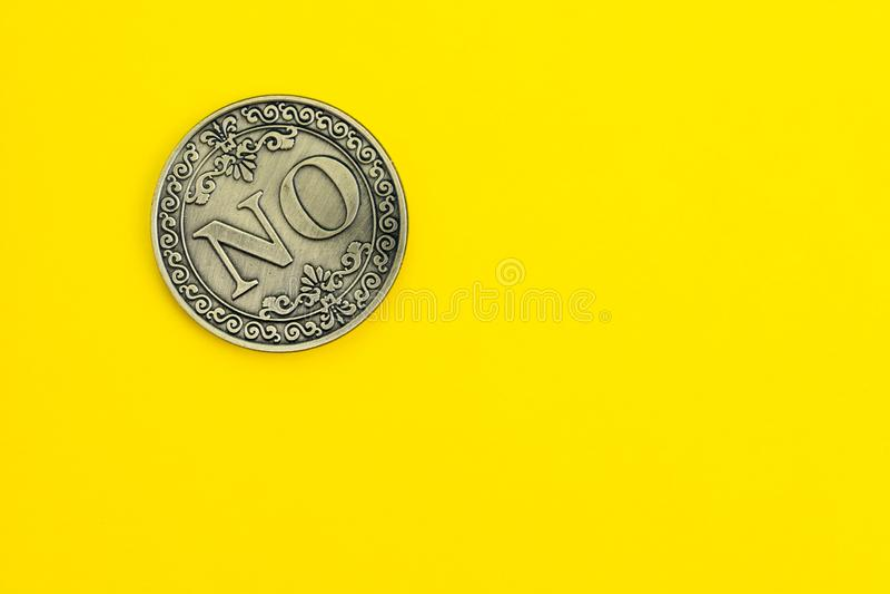 Moneda de oro con la palabra sí en fondo amarillo sólido usando como oferta de la disminución, moviendo de un tirón oportunidad d fotos de archivo libres de regalías