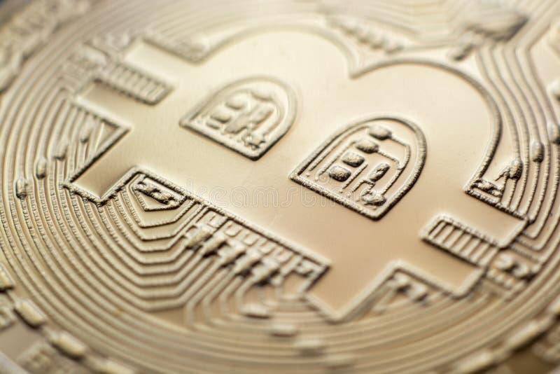 Moneda de oro del primer de la moneda de Bitcoin imagen de archivo libre de regalías