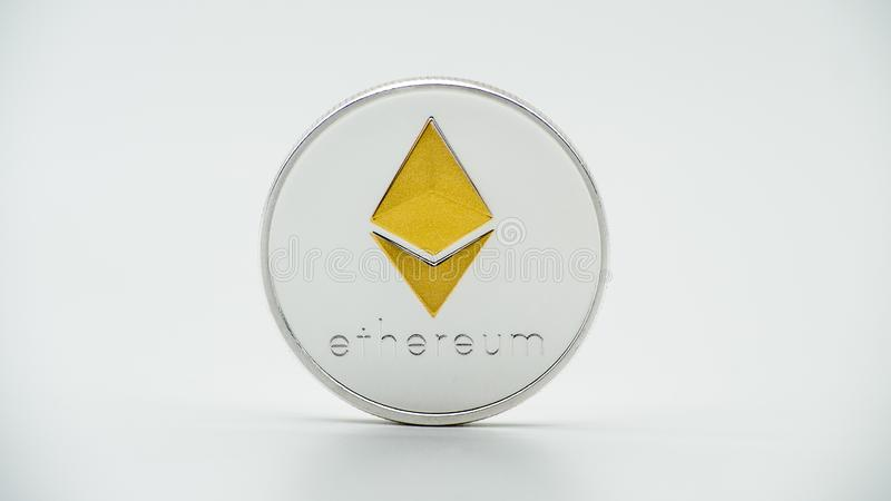 Moneda de plata de Ethereum del metal físico en el fondo blanco Moneda de ETH imagen de archivo