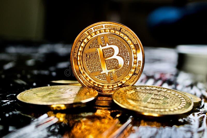 Moneda del bitcoin del oro imagen de archivo