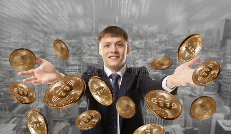Moneda del bitcoin del hombre de negocios que lanza imagenes de archivo