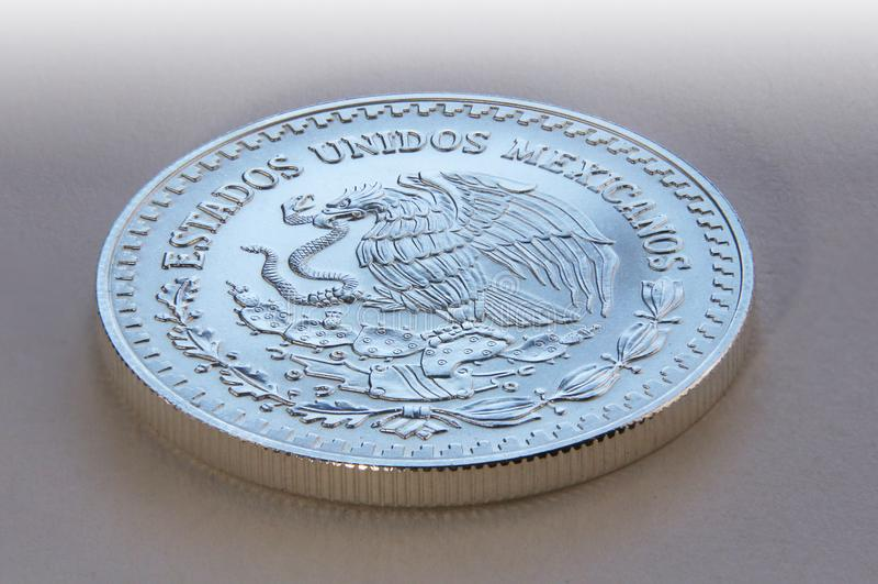 Moneda del lingote de plata del Peso mexicano, 1 onza, México imagenes de archivo