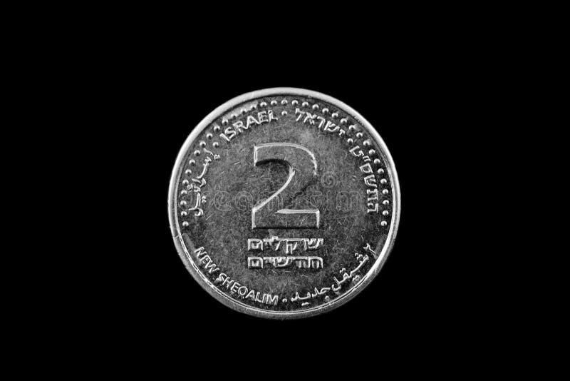 Moneda del shekel del israelí dos aislada en negro imagen de archivo
