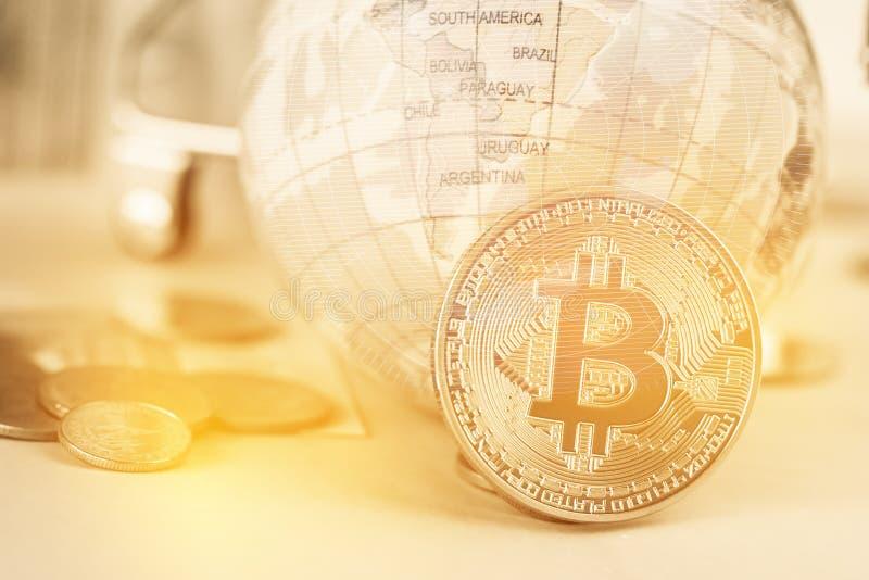 Moneda digital de Bitcoin, moderna del dinero de Digitaces del intercambio cerca del mapa modelo global de South America con el f imagen de archivo libre de regalías