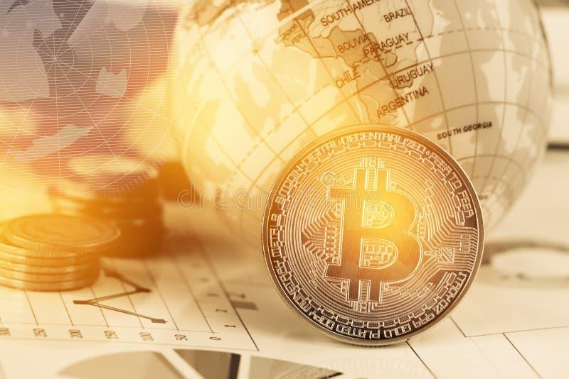 Moneda digital de Bitcoin, moderna del dinero de Digitaces del intercambio cerca del mapa modelo global de South America con el f foto de archivo libre de regalías