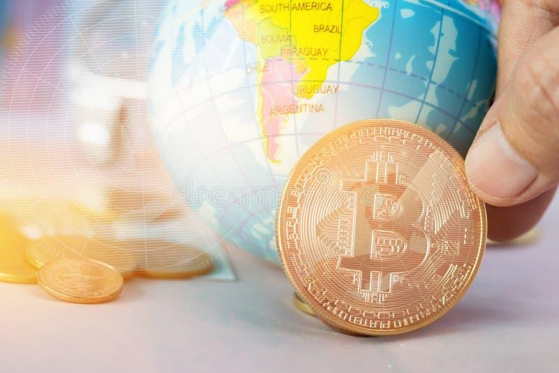 Moneda digital de Bitcoin, moderna del dinero de Digitaces del intercambio cerca del mapa modelo global de South America con el f fotografía de archivo