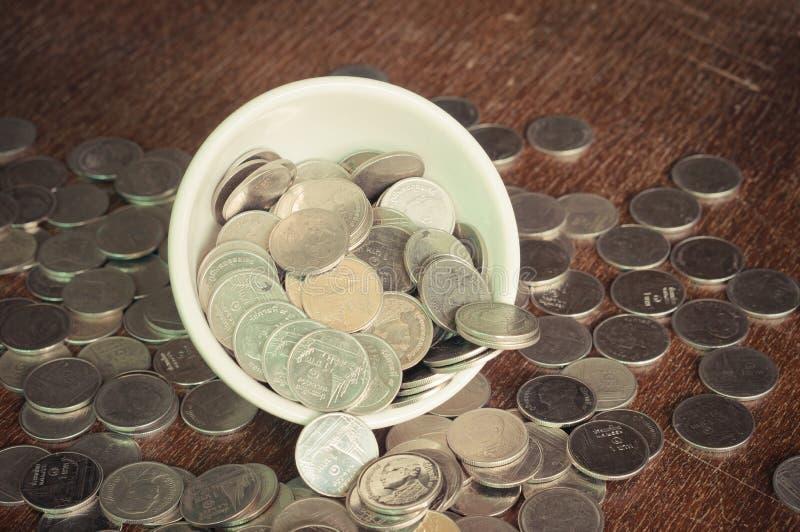 Moneda en la taza imagen de archivo libre de regalías