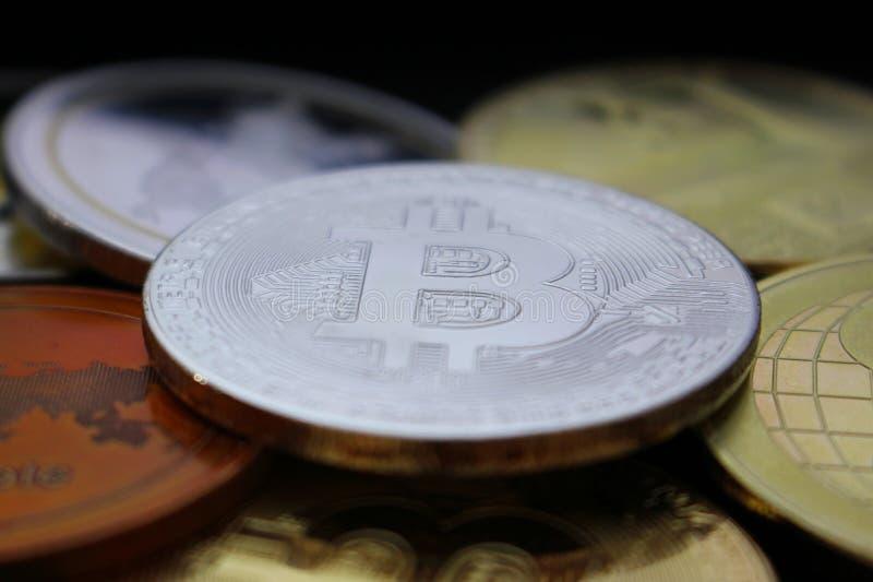 Moneda entre otras monedas crypto - una revolución próxima de Bitcoin - bitcoin entre altcoins imagenes de archivo