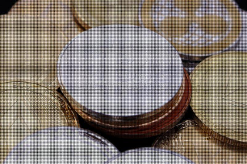 Moneda entre otras monedas crypto - una revolución próxima de Bitcoin - bitcoin entre los altcoins pixelated foto de archivo