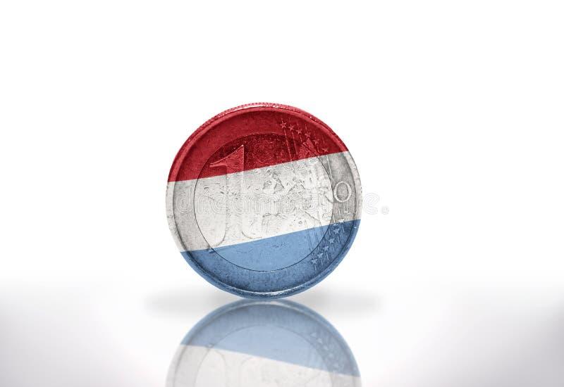 Moneda euro con la bandera de Luxemburgo en el blanco foto de archivo libre de regalías