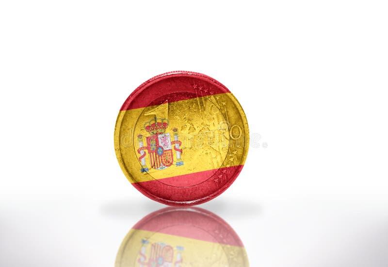 moneda euro con la bandera española en el blanco imagen de archivo
