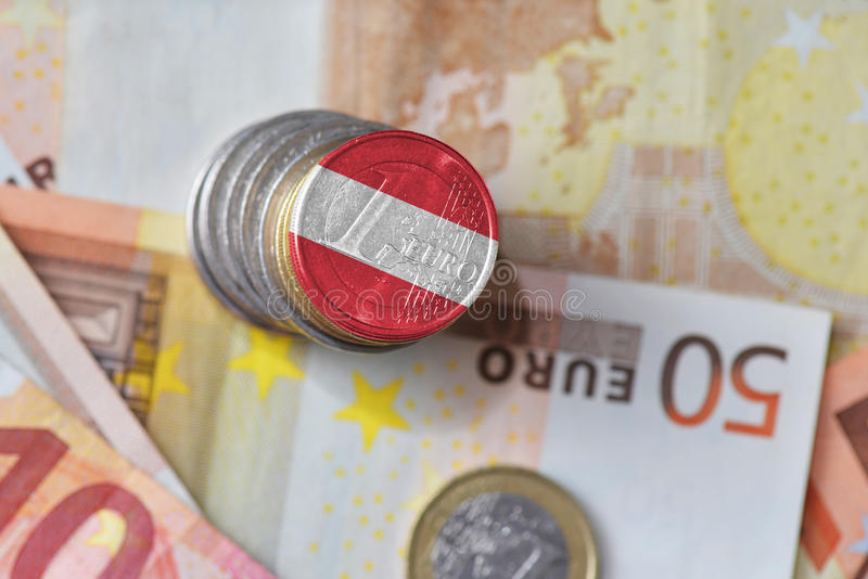 Moneda euro con la bandera nacional de Austria en el fondo euro de los billetes de banco del dinero imagenes de archivo