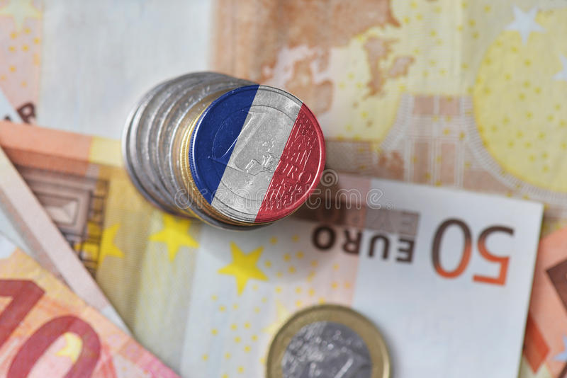 Moneda euro con la bandera nacional de Francia en el fondo euro de los billetes de banco del dinero fotografía de archivo libre de regalías