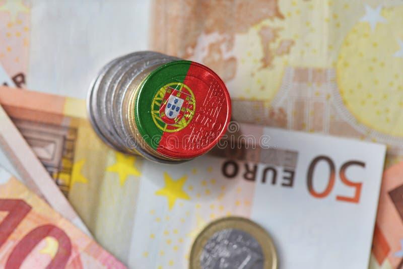 Moneda euro con la bandera nacional de Portugal en el fondo euro de los billetes de banco del dinero imágenes de archivo libres de regalías