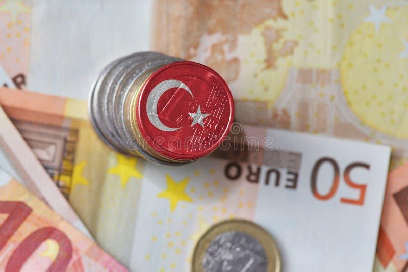 Moneda euro con la bandera nacional del pavo en el fondo euro de los billetes de banco del dinero imagen de archivo