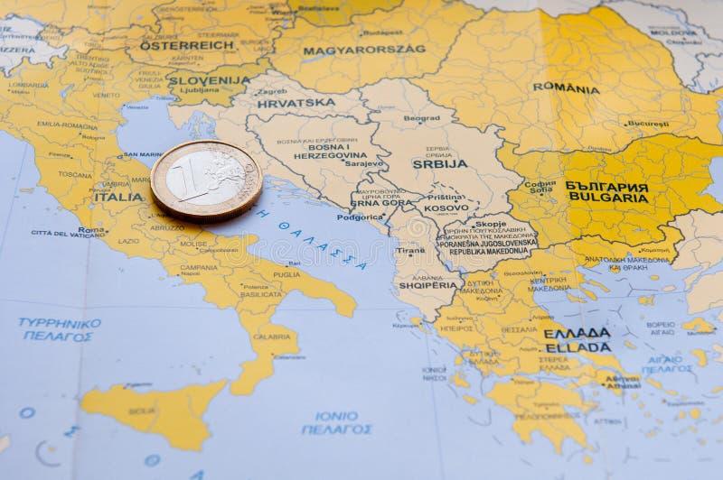 Moneda euro en mapa mediterráneo del condado fotografía de archivo libre de regalías
