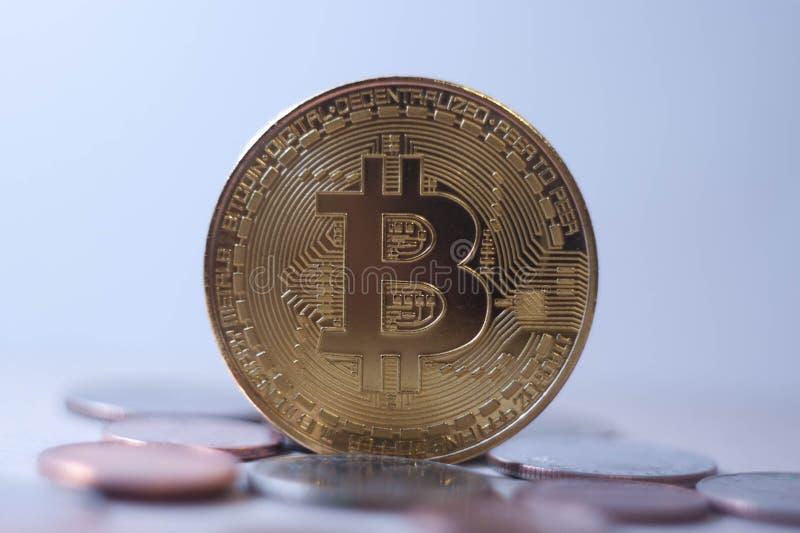Moneda física del bitcoin del oro de Cryptocurrency - pagos futuros fotos de archivo libres de regalías