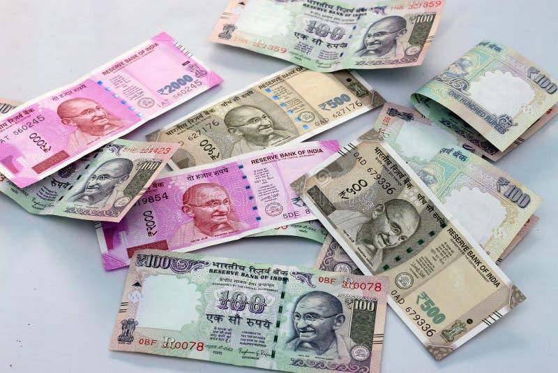 Moneda india de 100, 500 y 2000 notas de la rupia imagenes de archivo