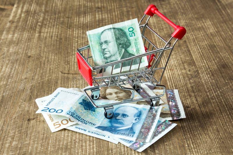 Moneda noruega y carro de la compra fotos de archivo libres de regalías