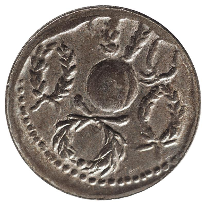 Moneda romana antigua aislada sobre blanco imagen de archivo libre de regalías