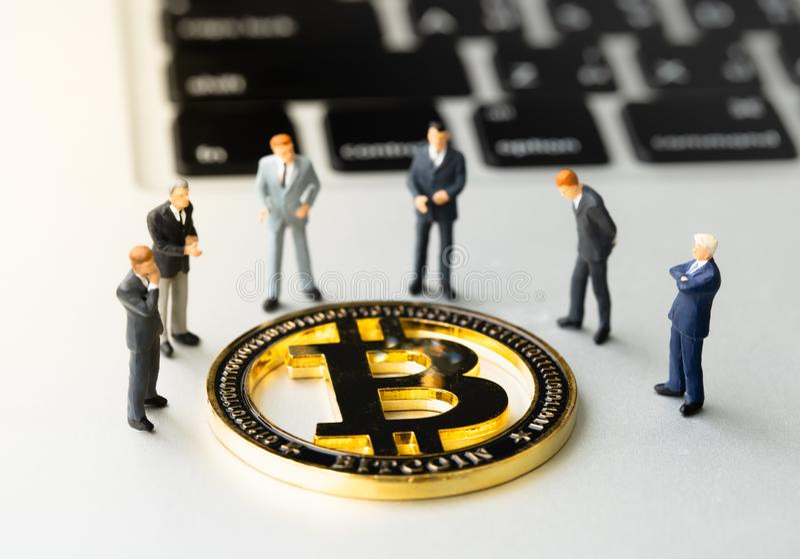Moneda y businessmans de Bitcoin BTC en el cuaderno imágenes de archivo libres de regalías