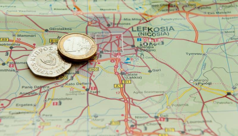 Moneda y centavos euro de Chipre en un mapa fotografía de archivo libre de regalías