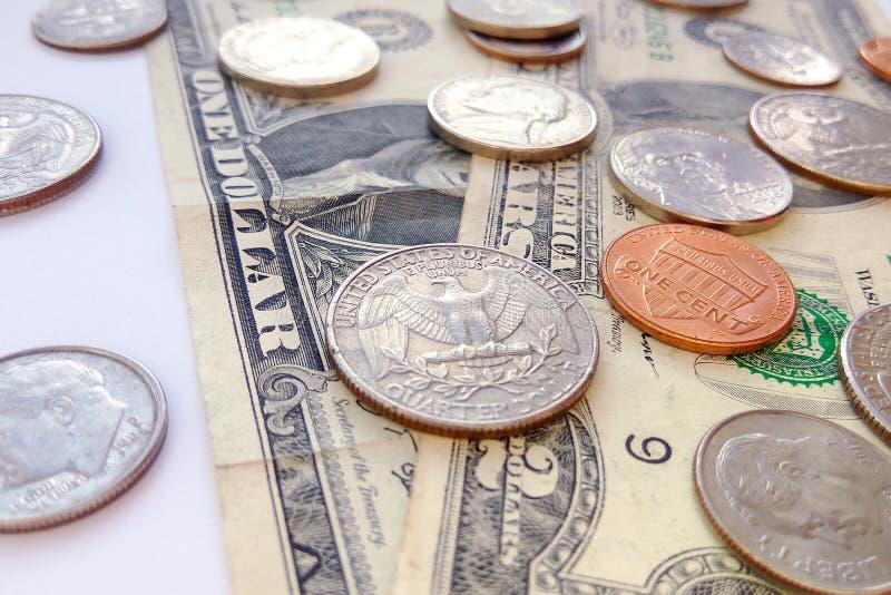 Monedas americanas del cuarto, de la moneda de diez centavos y del penique en fondo de los E.E.U.U. de los dólares imagen de archivo libre de regalías