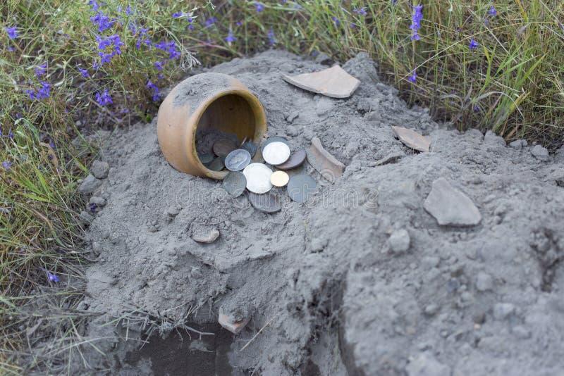Monedas antiguas del tesoro cavadas de la tierra imagenes de archivo