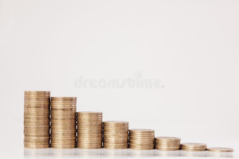 Monedas bajo la forma de histograma en un fondo blanco Concepto de pr?stamos, ahorros, seguro foto de archivo