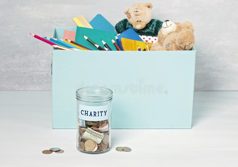 Monedas, billetes de banco en tarro del dinero y caja con donaciones imagen de archivo