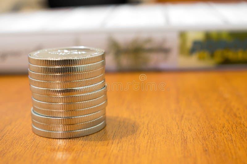Monedas brillantes grandes Las monedas ucranianas 10 del jubileo hryven imagen de archivo libre de regalías