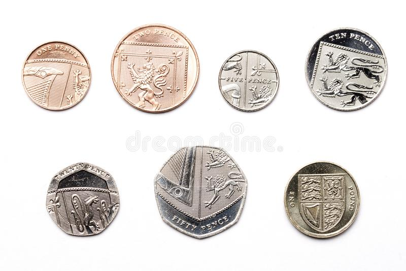 Monedas británicas en un fondo blanco foto de archivo