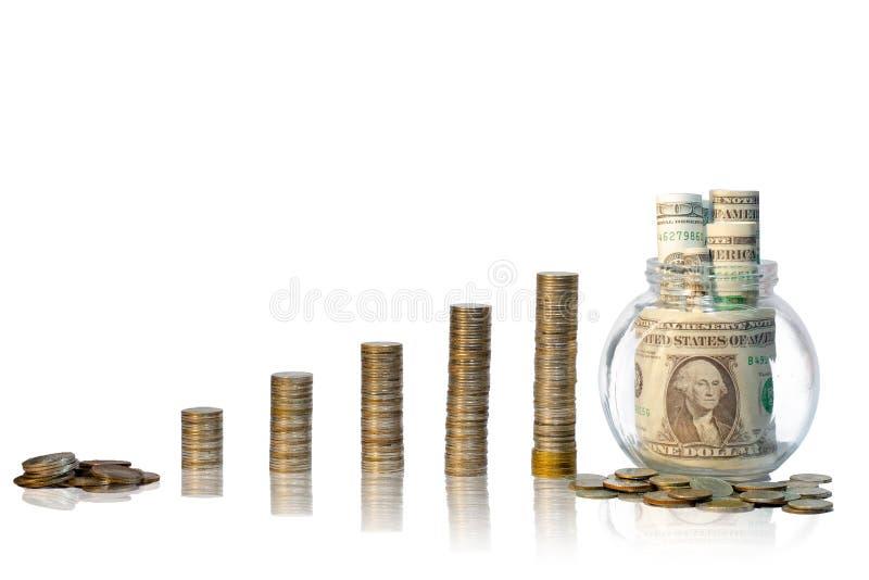 Monedas crecientes de la recogida de monedas que añaden un fondo blanco fotografía de archivo libre de regalías