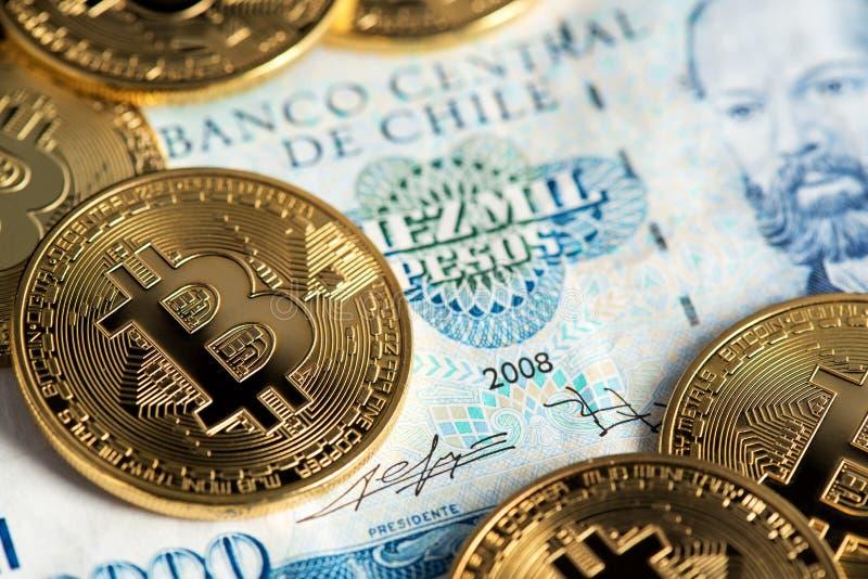 Monedas de Bitcoin en cierre chileno del billete de banco encima de la imagen Bitcoin con el billete de banco de los Pesos chilen fotografía de archivo libre de regalías