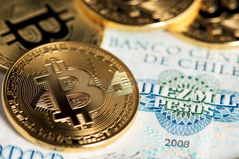 Monedas de Bitcoin en cierre chileno del billete de banco encima de la imagen Bitcoin con el billete de banco de los Pesos chilen imagenes de archivo